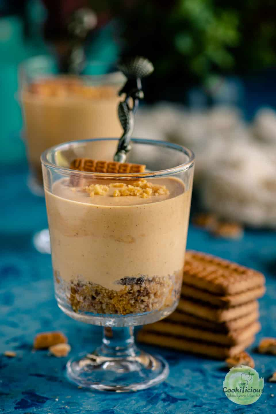 chai cheesecake served with biscuits on the side